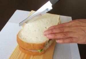 サンドイッチとパン切りナイフ