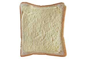パンにマヨネーズを塗る