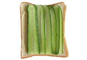 パンにキュウリを並べる