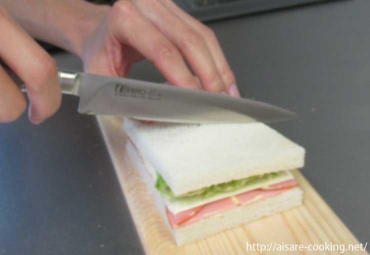 サンドイッチを切る