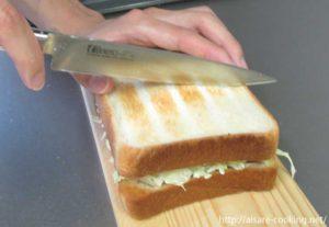 パンをカットする