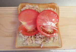 ツナの上にトマトをのせます