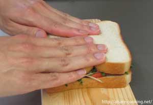 サンドイッチをプレスする